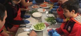 Moment de l'elaboració de l'escudella a la cuina de La Central.