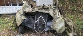 El radiador del Citroên Traction, que estava cobert amb palets i una lona militar; el vehicle es troba al camí del Coll de Jou, a 400 metres escassos de la carretera; l'hi devien arrossegar lligat a un tractor o un jeep.