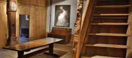 Primer pis de cal Pal, amb la cuina i, al fons, la capella, on es conserven pintures murals de temàtica religiosa, probablement del XVIII; en aquest mateix pis, fora de plànol, hi ha una altra peça amb la llar de foc i el fumeral.