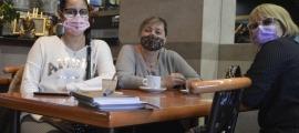 La Viviana, la Lourdes i la Judith van preferir l'escalfor de l'interior d'un local en aquest matí de dilluns tan desangelat.