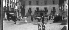 Dia de ball, una corranda, a la plaça Benlloch, que encara no es deia així perquè som al 1904: a l'esquerra, els porxos de cal Cintet.