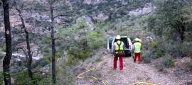 Operaris treballant ahir a la zona de l'esllavissada de Castell de Mur.