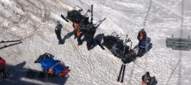 Els treballadors del domini assisteixen l'esquiador.