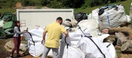 Bosses de plàstics de les paques d'herba a la deixalleria de Sort.