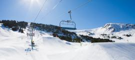 Un telecadira transporta esquiadors a les pistes de Grandvalira.