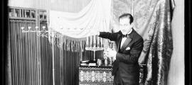 Xavier d'Areny-Plandolit, en acció a la sala de festes de la casa pairal, als anys 50. Atenció a l'atrezzo, amb gobelets, cartes i canelobre.