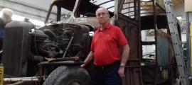 """Josep Pérez, amb el Fargo que va conduir a mitjan anys 60 i que defineix com un vehicle """"fiable i maniobrable""""."""