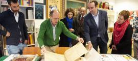 Pieras mostra amb legítim orgull un dels centenars d'originals que es conserven als fons del museu, des d'ara accessibles al públic.