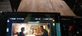 El director de 'Fred', Santi Trullenque, dona les últimes instruccions a Aida Folch (Sara) i Roger Casamajor (Antoni), al plató instal·lat ahir a Casa Rull de Sispony.