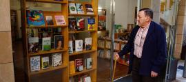 L'escriptor Antoni Morell va ser el segon client que va desfilar ahir per La Puça: se'n va endur 'Nuestras riquezas' i 'Sociedad negra'.