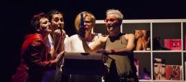 Sus, Laura, Xènia i Gali comproven les proporcions d'un 'macrogegant' (!).