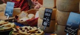 Imatge d'arxiu d'una de les parades de formatge de la Fira a la capital alturgellenca.