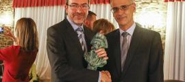 El guanyador de l'última edició del Fiter i Rossell de novel·la, amb el cap de Govern.