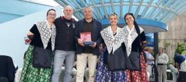 Membres de la colla la Grandalla i dels Castellers d'Andorra amb l'autor de la sardana.