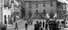 Setembre del 1933: formigueig inquiet de natius i gendarmes, que han instal·lat el quarter general a ca l'Eduardo, a la plaça Benlloch de la capital.