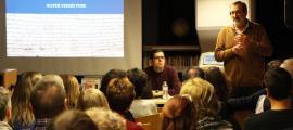 L'historiador Oliver Vergés, assegut, i el director de l'Institut d'Estudis Andorrans, Jordi Guillamet, avui a Encamp.