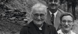 L'enginyer Killmayer amb la seva dona, Reine Teyssèdre, i la seva sogra, al camí de Bixessarri el 1954.