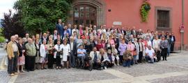 La foto de família de la gent gran amb les autoritats de la ciutat.