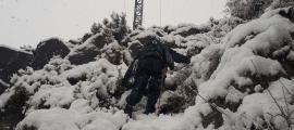 Un operari d'Endesa intenta accedir a una torre de subministrament.