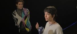 L'actriu escaldenca atén la premsa en l'estrena ahir de 'L'ofrena' al multisala escaldenc, sota la mirada de Josh Climent.