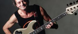 El baixista celebra els 35 anys de CQTM, amb Toni Saigi, 'Chupi', Quino Béjar i Toni Guerra: van debutar el 1985 a l'Àngel Blau.