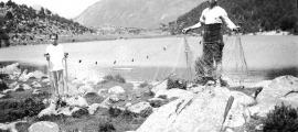 Matí de pesca (amb xarxa!) al llac d'Engolasters: som als anys 20.