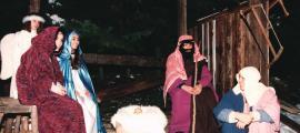 L'altre 'Pessebre Vivent'Àngels Velando feia de Mare de Déu, i Joan Pau Reyes, de Sant Josep; al costat de Velando, Olga López, i a baix, àngel i pastoret s'escalfen en un recés del muntatge.