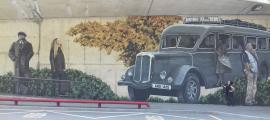 L'artista contempla la intervenció en aquest pany de paret, que s'inspira en una fotografia de Josep Alsina i que va completar la setmana passada.