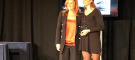 La palista Monica Doria recollint el seu premi.