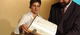 Juny del 2006: Susanna Vela i l'aleshores ministre de Cultura, Juli Minoves, fullegen una de les còpies manuscrites del 'Manual Digest' que es conserven a l'Arxiu Nacional.