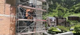 L'escalador gegant de ca l'Escribà frega els deu metres d'alçada.