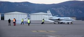 Els passatgers del vol cap a Palma abans de pujar a l'avió, divendres.