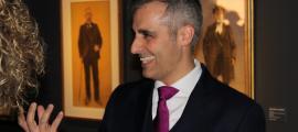 El galerista català, davant de dos dels retrats al carbó que s'exposen a ArtalRoc