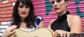 Belisana Ruiz, guitarrista de Pasacalle (a la dreta).