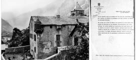 "26 d'abril del 1938: un grup de brigadistes internacionals descansa al pati de Casa de la Vall; a baix, informe del SIPM del 28 d'abril que deixa constància de la presència a Casa de la Vall de ""26 individuos de las Brigadas Internacionales, casi todos polacos""."