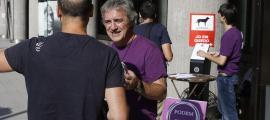 Mobilització de Podem contra la tarfa que l'Sdadv vol aplicar a les escoles, dimecres a l'edifici administratiu.
