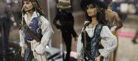 Semblen Ken i Barbie, però en realitat són Johnny Depp i Penélope Cruz a 'Piratas del Caribe 4'.