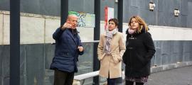 Casal, Rubio i Fernández a la parada d'autobús de la rotonda de Meritxell.