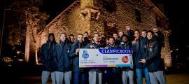 Els jugadors del MoraBanc amb el bitllet que certifica la seva presència a la Copa.