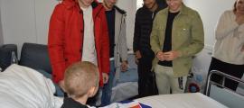 Els jugadors del primer equip de l'FC Andorra amb un dels infants ingressats al centre hospitalari.