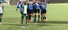 Els jugadors de l'Inter Club Escaldes celebren el triomf que els dona el títol de lliga.