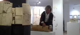 L'escultora acaba de col·locar les peces de l'exposició, que s'inaugura demà.