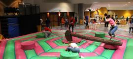 Un grup de joves divertint-se en un dels inflables de l'Encamp Nit.