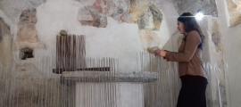 L'artista ordinenca col·loca un dels nius de 'Preludi' a l'estructura de barnilles que ha aixecat a la capella de Santa Bàrbara.