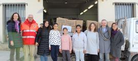 Les alumnes de sisè fent entrega dels aliments recaptats