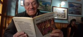 Morell fulleja la primera edició de 'Borís I, rei d'Andorra', publicat per La Magrana el 1984.