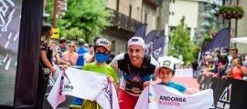 Òscar Casal va creuar la meta d'Ordino, de la prova de 25 quilòmetres de la Trail 100, al costat dels seus fills. Foto: Carles Iturbe