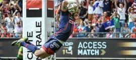 El jugador francès, internacional amb Espanya, David Mélé realitzant un espectacular assaig amb el Grenoble del Top-14. Foto: Romain Biard