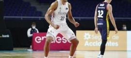 El pivot del Reial Madrid, 'Edy' Tavares, va celebrar el seu primer triple a l'ACB amb un ball i Tomasz Gielo ni s'ho volia mirar.Foto: ACB Photo / V. Carretero
