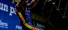 'Tunde' Olumuyiwa esmaixa en un partit d'aquesta temporada al Poliesportiu d'Andorra. Foto: ACB Photo / Martín Imatge
